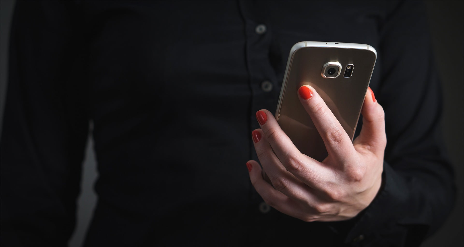 בחורה מחזיקה פלאפון
