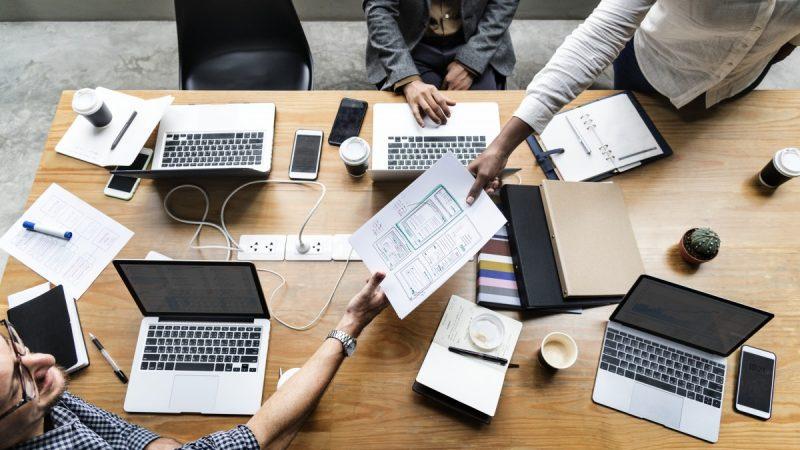 צוות עבודה מפתחים אפליקציות בסביבת עבודה עם מחשבים