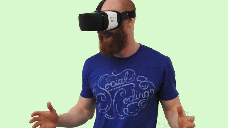 גבר מזוקן חובש קסדת מציאות מדומה על רקע ירוק